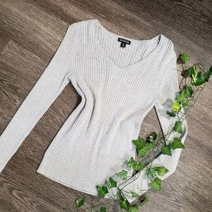 🌿2/$15 - Fitted Gray V-neck Sweater